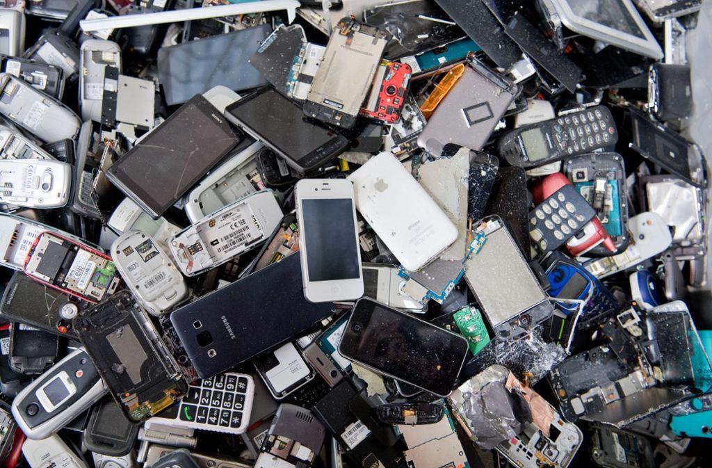 Für alte Smartphones gibt es oft noch bares Geld. Foto: dpa/Julian Stratenschulte