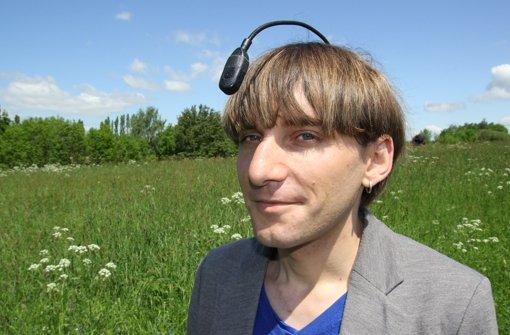 Neil Harbisson bezeichnet sich als Cyborg, weil der Farbsensor vor seiner Stirn seine Sinne erweitere. Foto: Christian Werner