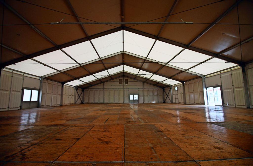Die Halle, in der seit Oktober 2015  Flüchtlinge gelebt haben, ist inzwischen leer und wird nun abgebaut. Foto: Rüdiger Ott