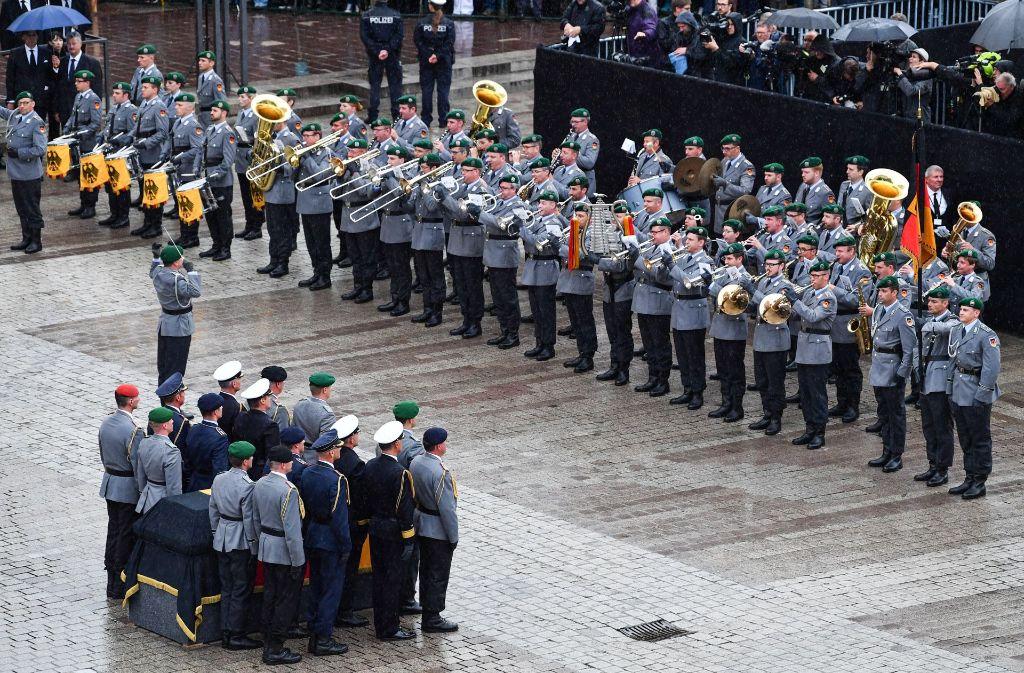 Der Sarg mit Altkanzler Helmut Kohl vor dem Dom zu Speyer, während das Musikkorps der Bundeswehr spielt Foto: dpa