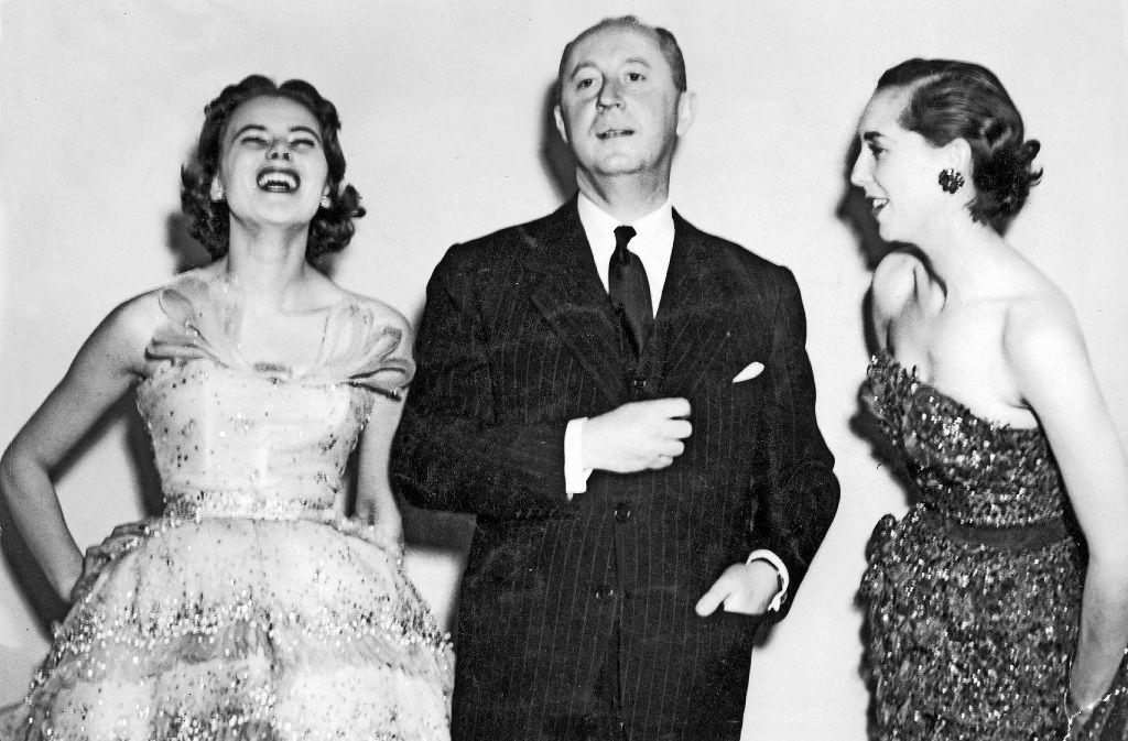Modeschöpfer Christian Dior 1950 mit zwei Modells. Foto: dpa