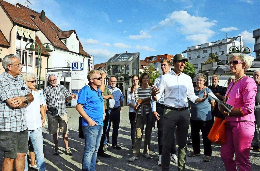Verwaltungsbürgermeister  Fabian Mayer (mit Kappe) und  Weilimdorfs Bezirksvorsteherin Ulrike Zich (r.) beim Rundgang Foto: Georg Linsenmann