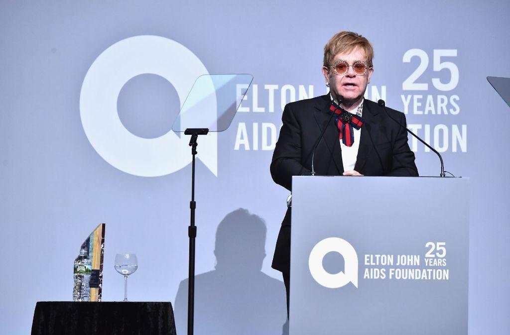 """Sir Elton John hält eine Begrüßungsrede auf der """"New York Fall Gala"""" zu Ehren des 25- jährigen Jubiläums seiner """"Elton John Aids Foundation"""". Foto: GETTY IMAGES NORTH AMERICA"""