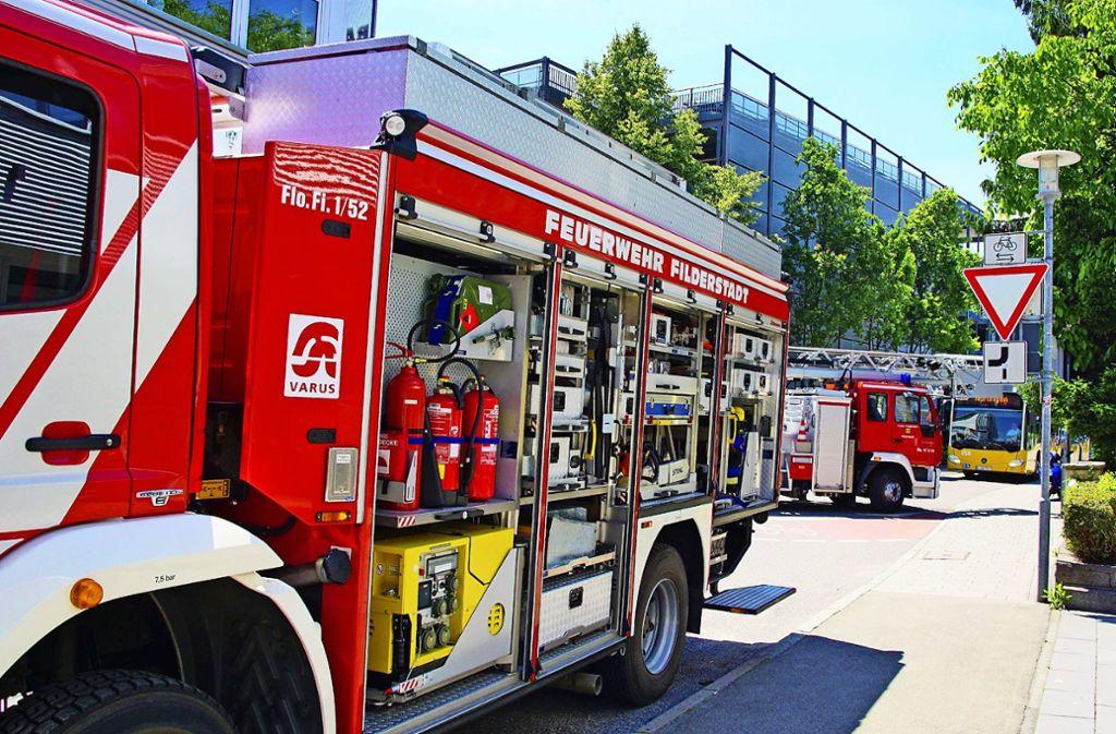 In Bernhausen räumten die Helfer nach einem Brand ein Gebäude. Foto: SDMG