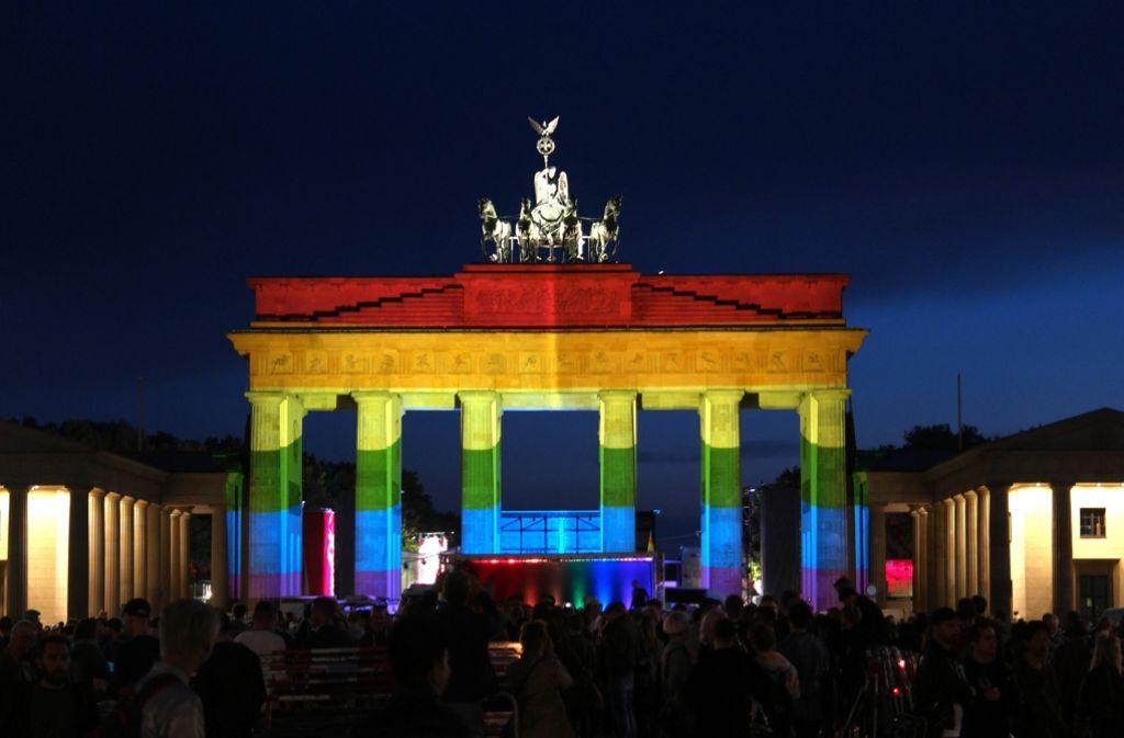 Das Brandenburger Tor erstrahlte in allen Farben des Regenbogen. Foto: dpa