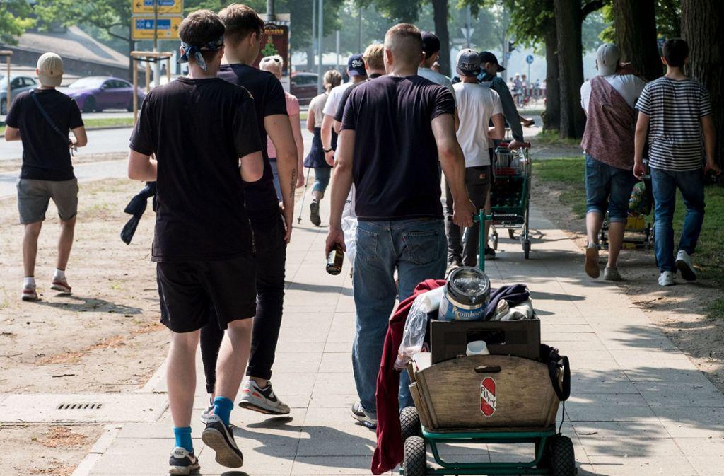 Eine traditionelle Bollerwagen-Tour: Am Vatertag will die Polizei vermehrt kontrollieren. Foto: dpa/Peter Steffen