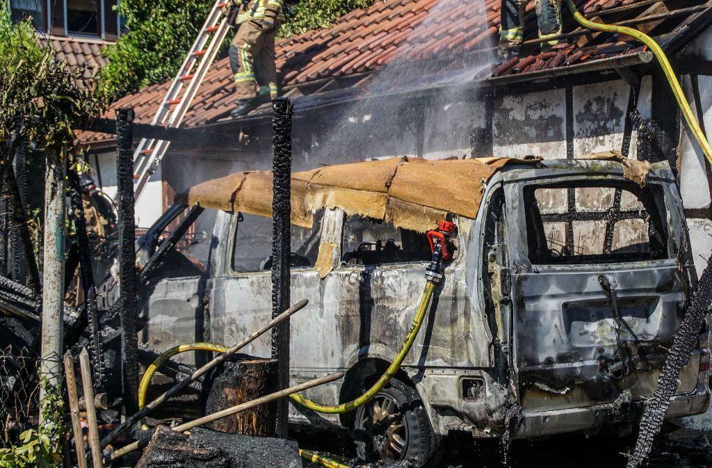 Dieser Mercedes in Rutesheim ist nach dem Brand nicht mehr zu gebrauchen. Foto: SDMG