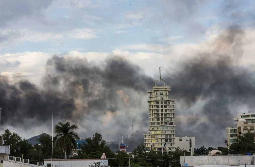 Rauchwolken über Culiacán zeugen von heftigen Straßenkämpfen. Foto: AP/Hector Parra