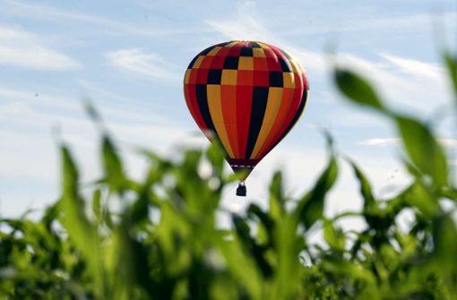 Heißluftballon gerät in Stromleitung