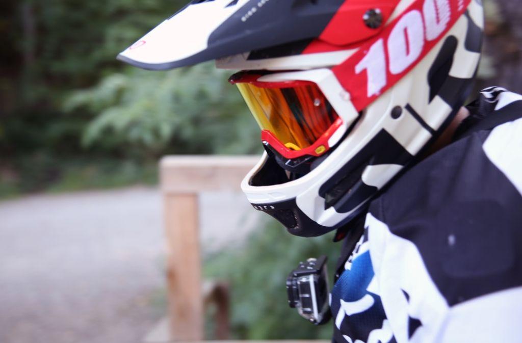 Kurz vor dem Start: Ein Downhill-Fahrer am Woodpecker-Trail in Stuttgart-Degerloch. Foto: Hannes Opel