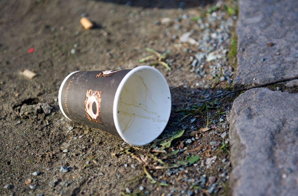 Vom Kaffee zum Mitnehmen bleibt der Kaffeebecher zum Wegwerfen übrig. Und der landet häufig auf der Straße oder anderen öffentlichen Flächen. Foto: dpa