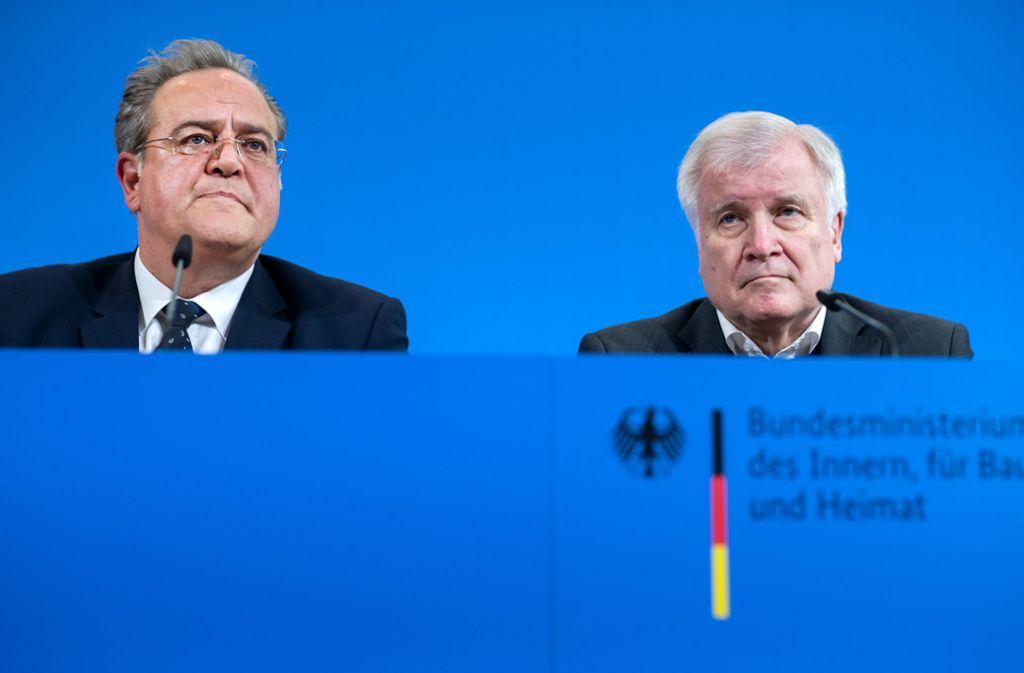 Bundespolizeipräsident Dieter Romann (links) zusammen mit Bundesinnenminister Horst Seehofer (CSU) am Mittwoch in Berlin. Foto: dpa/Bernd von Jutrczenka
