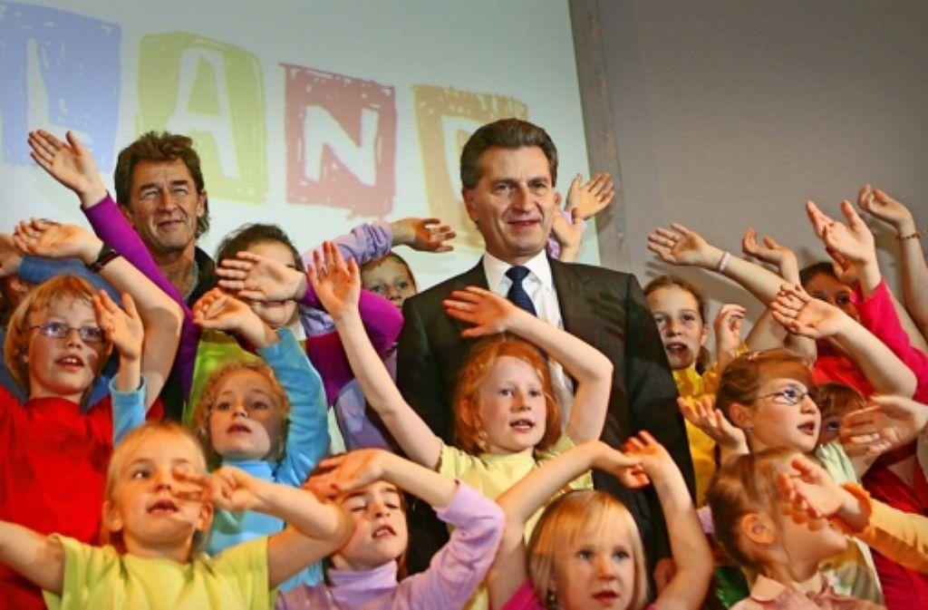 Der Start vor zehn Jahren  – Ministerpräsident Oettinger feiert mit   Peter Maffay und   Kindern die Gründung der Stiftung. Foto: dpa