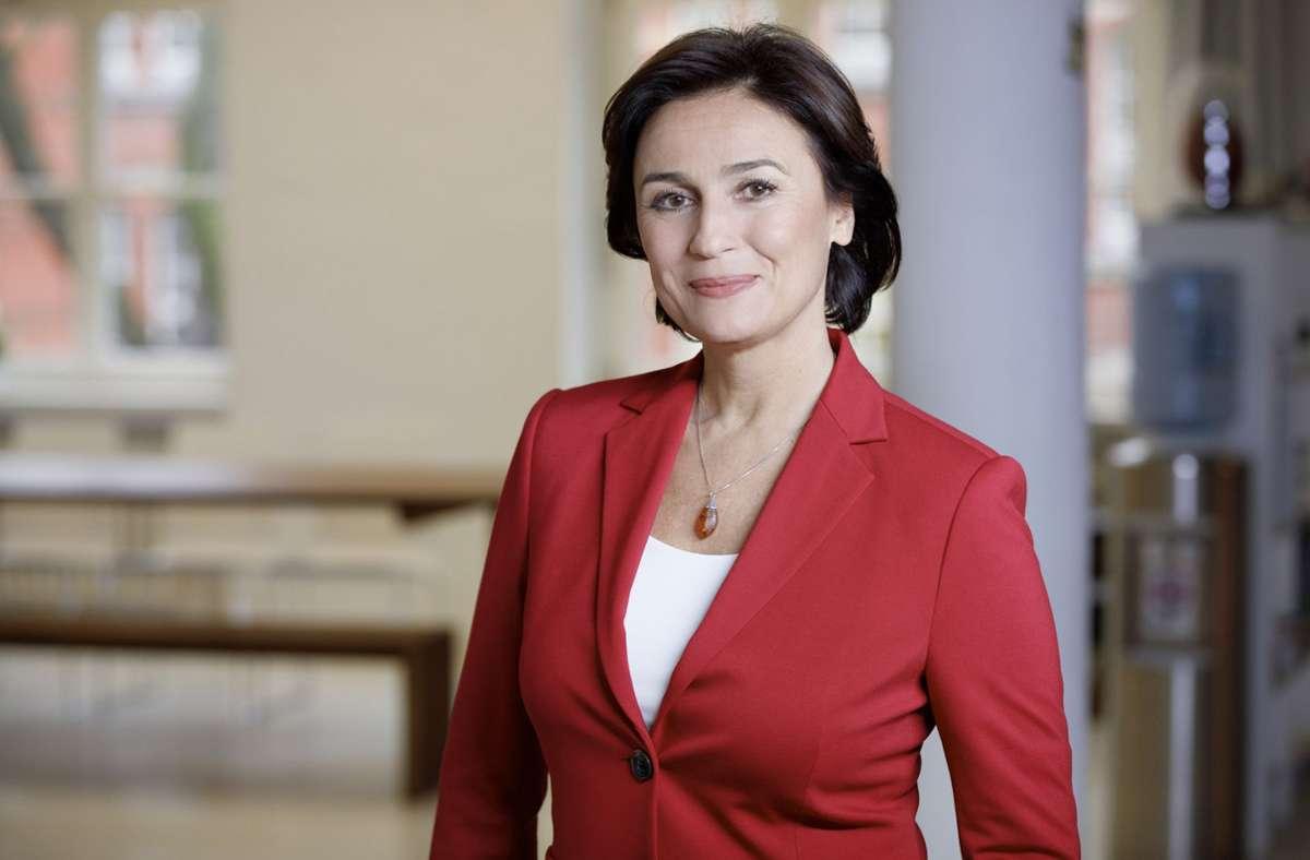"""Sandra Maischberger moderiert die Talkshow """"Die Woche"""". Foto: WDR/Peter Rigaud"""