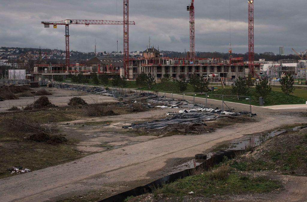 Neben der neuen Grünanlage soll bald mehr gebaut werden – der Gewerbebau der Münchner Dibag an der Daimlerstraße (hinten) hat schon die dritte Etage erreicht. Foto: Lichtgut/Max Kovalenko