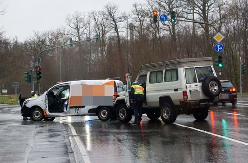 Feuerwehr befreit eingeklemmten 22-Jährigen aus Auto