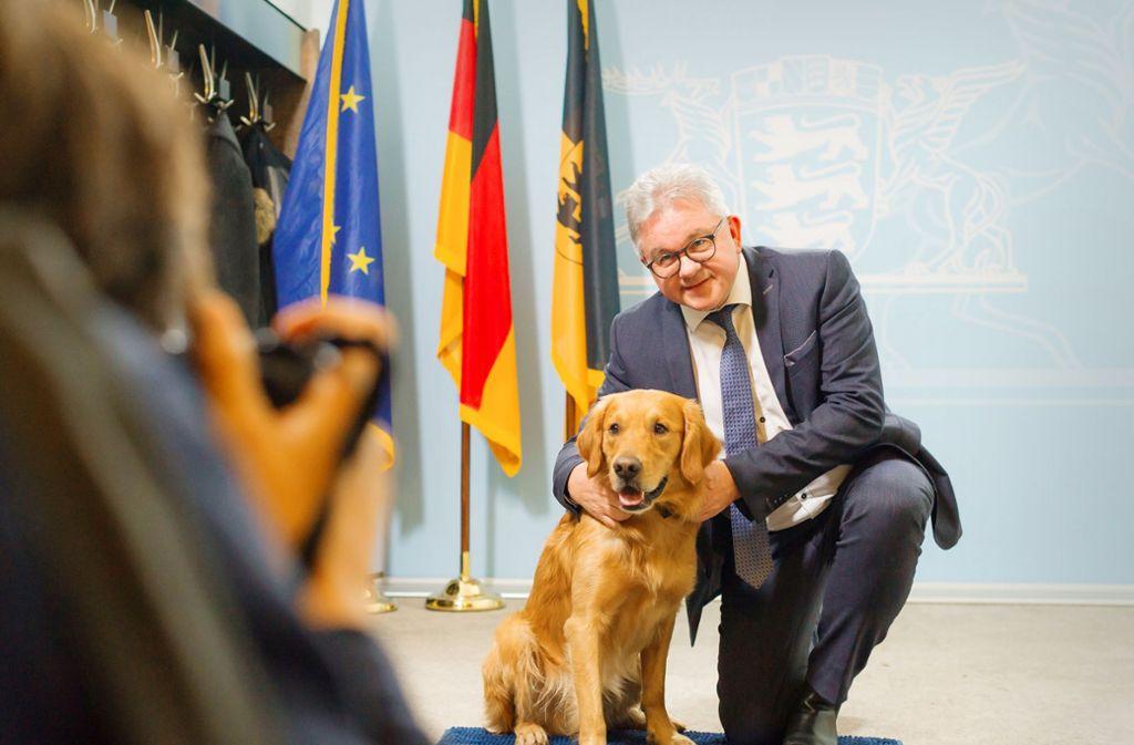Justizminister Guido Wolf (CDU) begrüßt seinen neuen Kollegen Watson. Foto: Lichtgut/Max Kovalenko