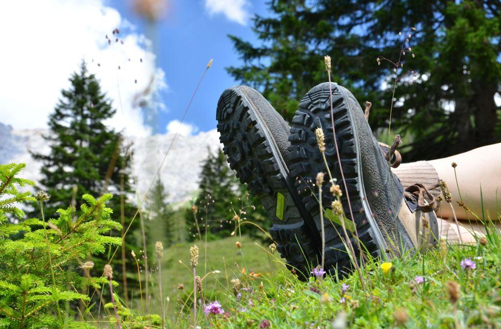 Auf Anstrengung erfolgt Erholung – beim Wandern genießt man auch die Pausen. Foto: Dirk Vonten /Adobe