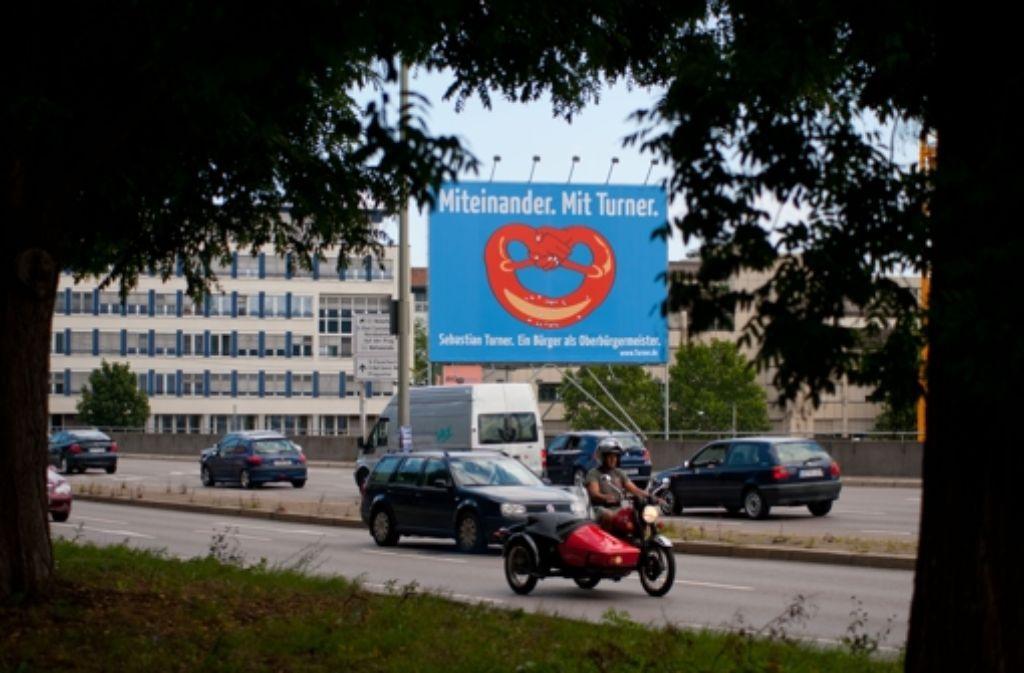 Laut Werbeexperten bringt ein solches Banner –  wie es an der Ecke Heilbronner/Wolframstraße hängt –   dem Stadtmöblierer zwischen 50000 und 80000 Euro pro Monat. Foto: Martin Stollberg