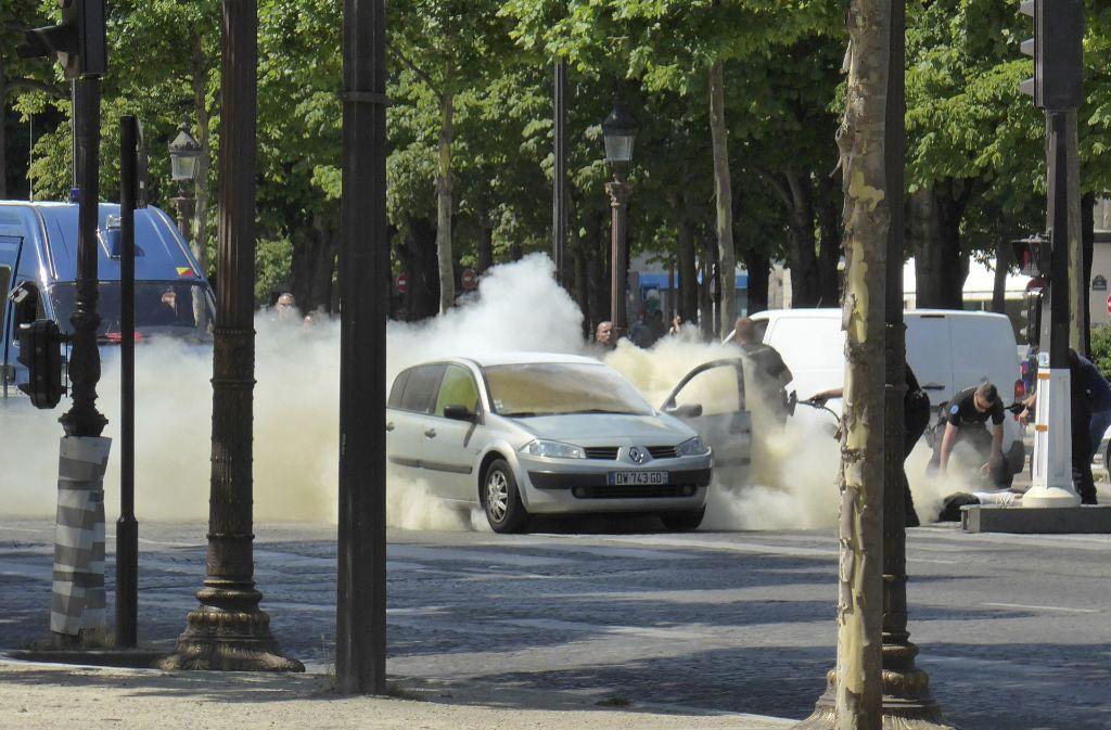 Polizisten löschten den Brand im Fahrzeug. Foto: Noemie Pfister