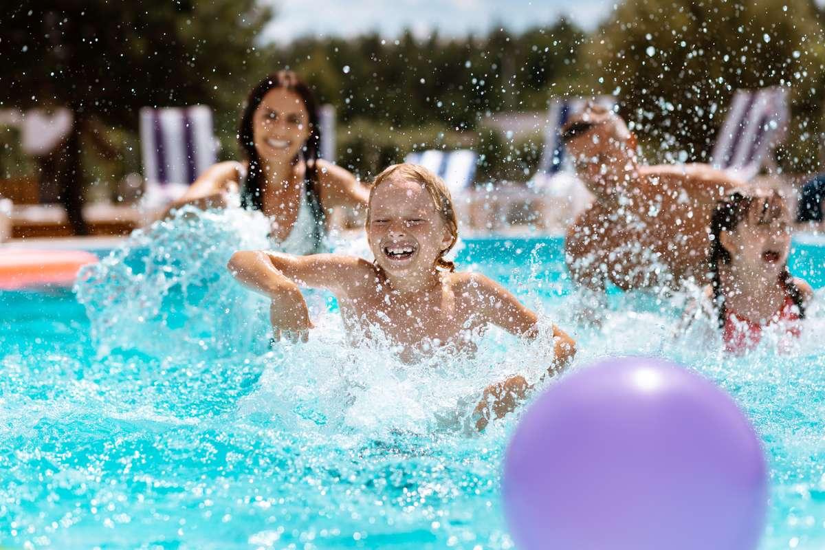 In diesen Landkreisen kann man wieder ohne Test ins Freibad. Foto: YAKOBCHUK VIACHESLAV/Shutterstock