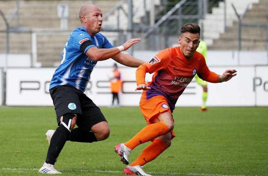 Kickers-Spieler Lukas Kling (links) im Einsatz beim Liga-Spiel gegen den FC Nöttingen. Foto: Pressefoto Baumann/Alexander Keppler