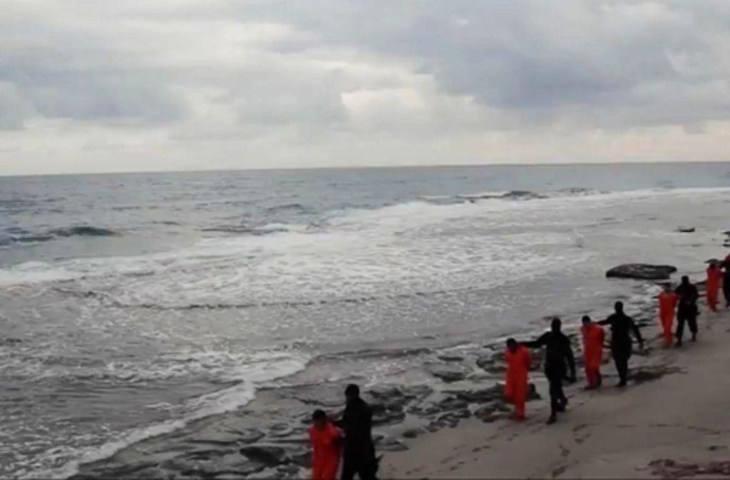 """Und auf der anderen Seite liegt Italien: Der libysche Ableger des """"Islamischen Staats"""" droht, Rom anzugreifen und tötet koptische Christen direkt an der Mittelmeerküste. Foto: AP / Screenshot IS-Video"""