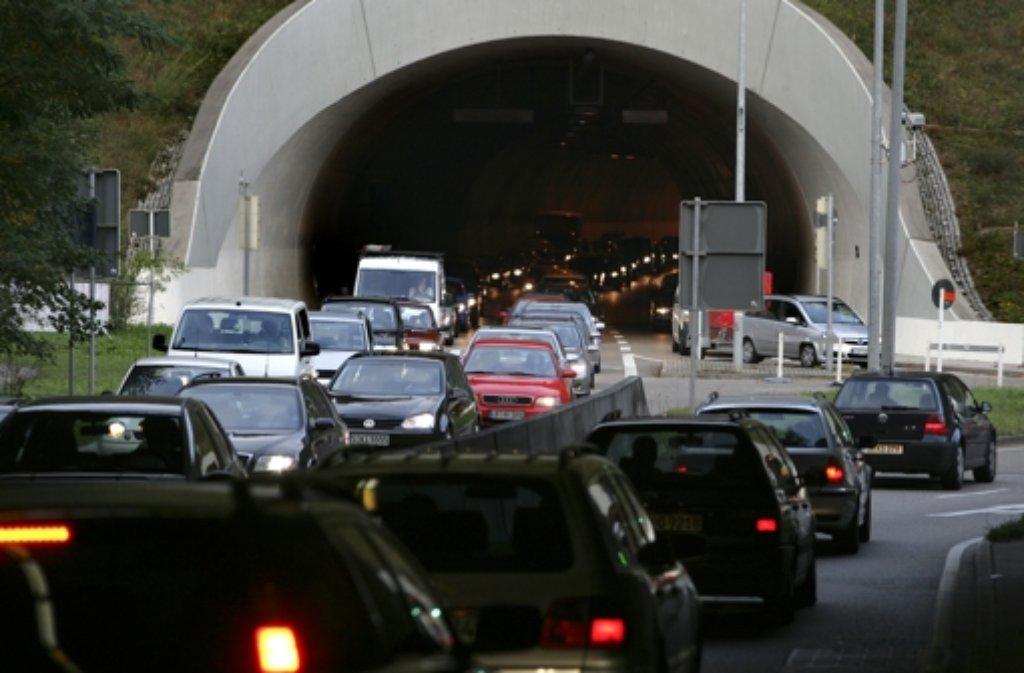 Zwei Autofahrer sind am Montag bei einem Unfall im Heslacher Tunnel verletzt worden. (Symbolbild) Foto: dpa
