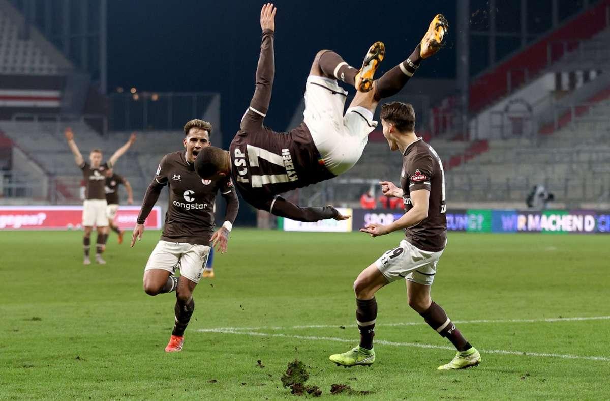 Kofi Kyereh freut sich über den Siegtreffer kurz für Schluss für den FC St. Pauli. Foto: dpa/Christian Charisius