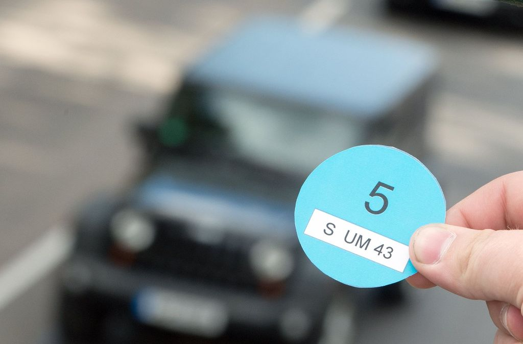 Die Landesregierung setzt zur Luftreinhaltung auf die Blaue Plakette, mit der alte Diesel aus Stuttgart ausgesperrt würden. Wird sie nicht einfgeführt, dann wird es ab 2018 Fahrverbote für Diesel geben. Foto: dpa