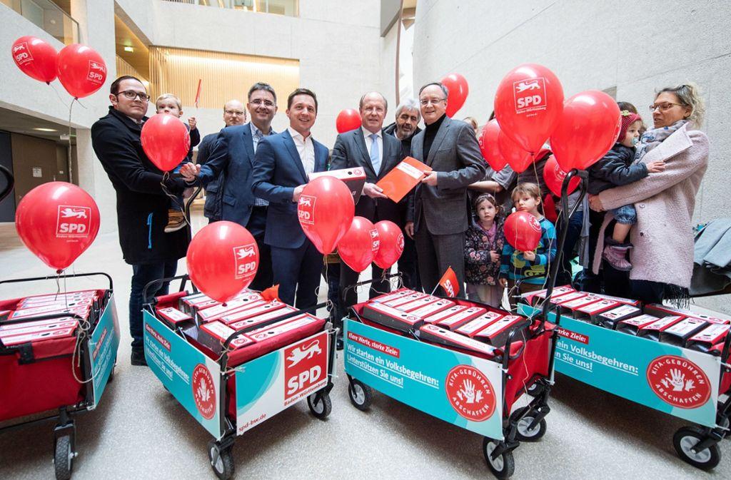 Einsatz für kostenlose Kinderbetreuung: im Februar übergab eine Delegation Foto: dpa