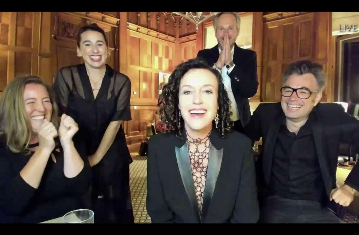 """Aus Berlin zur Preisverleihung zugeschaltet: Maria Schrader (vorne) freut sich mit dem """"Unorthodox""""-Team über den Regie-Emmy. Foto: AFP/ABC"""