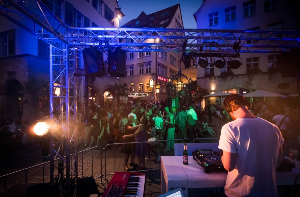 Gutes Wetter, Musik und Cocktails – das Brunnenfest versprühte am Donnerstagabend Urlaubsfeeling. Foto: Lichtgut/Achim Zweygarth