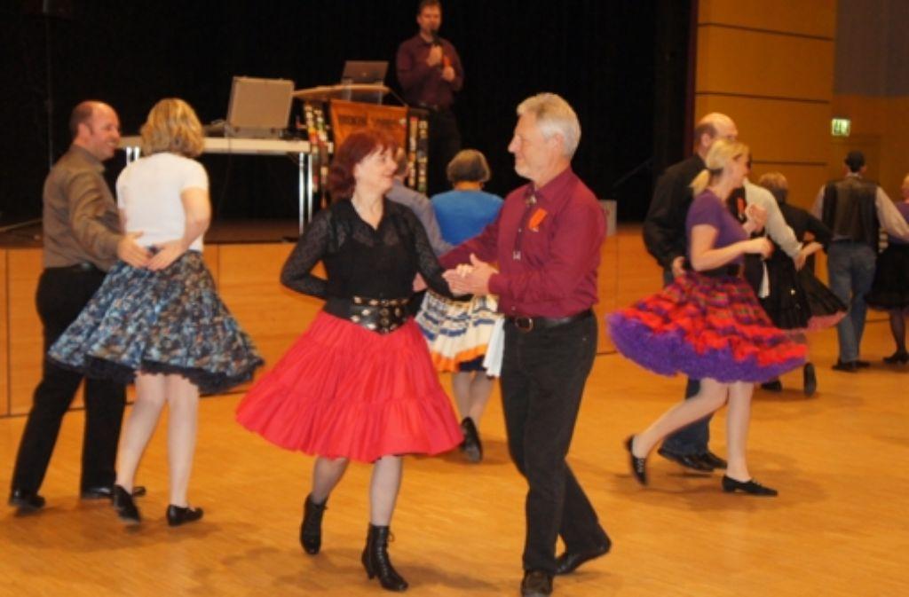 Der Rhythmus macht Laune: Seit mehr als 20 Jahren lässt sich Robert Kutz (auf dem Podium) als Caller immer wieder neue Choreographien einfallen. Foto: Vollmer