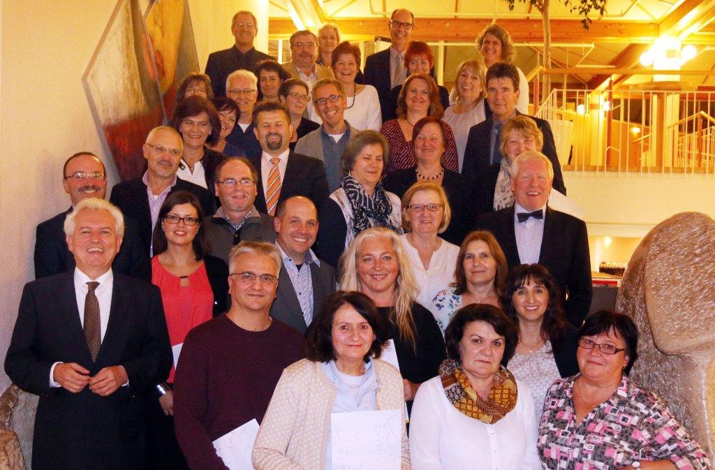 OB Bernhard Schuler mit seinen langjährigen Mitarbeitern. Foto: Stadt Leonberg