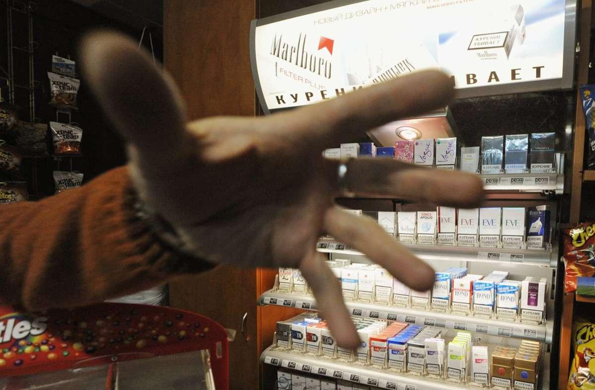 Der Unbekannte hatte eine Schachtel Zigaretten gestohlen. (Symbolbild) Foto: imago stock&people/imago stock&people
