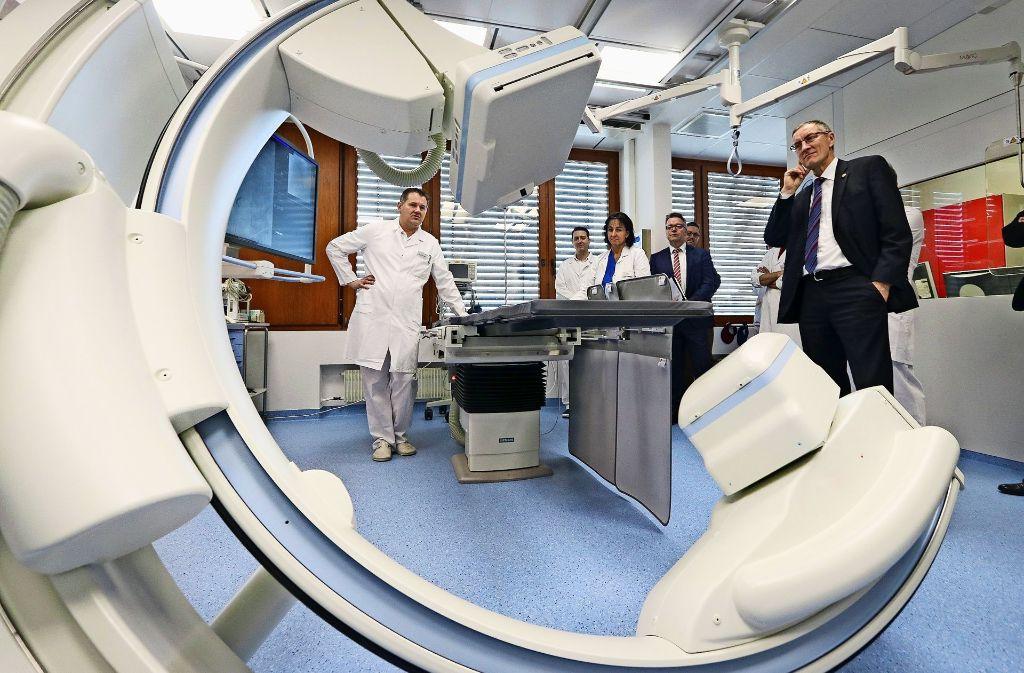 Chefarzt Jens  Schneider  (links) erläutert die Vorzüge der neuen Röntgenanlage  und zeigt die vielfältigen Foto: factum/Granville
