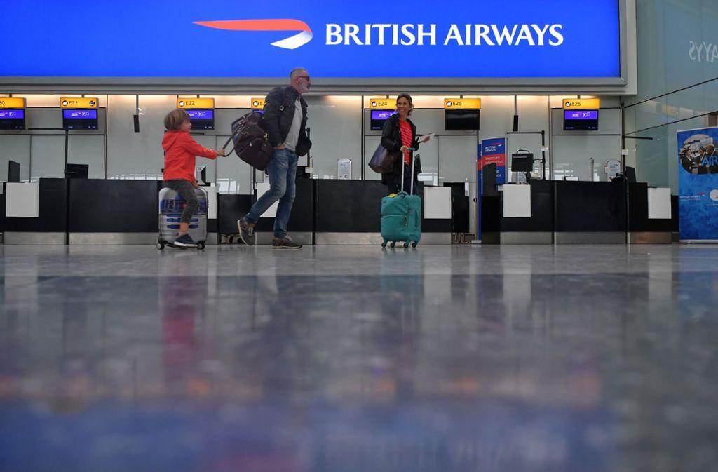 Leere Check-in-Schalter bei British Airways zeugen von dem Pilotenstreik. Foto: AFP