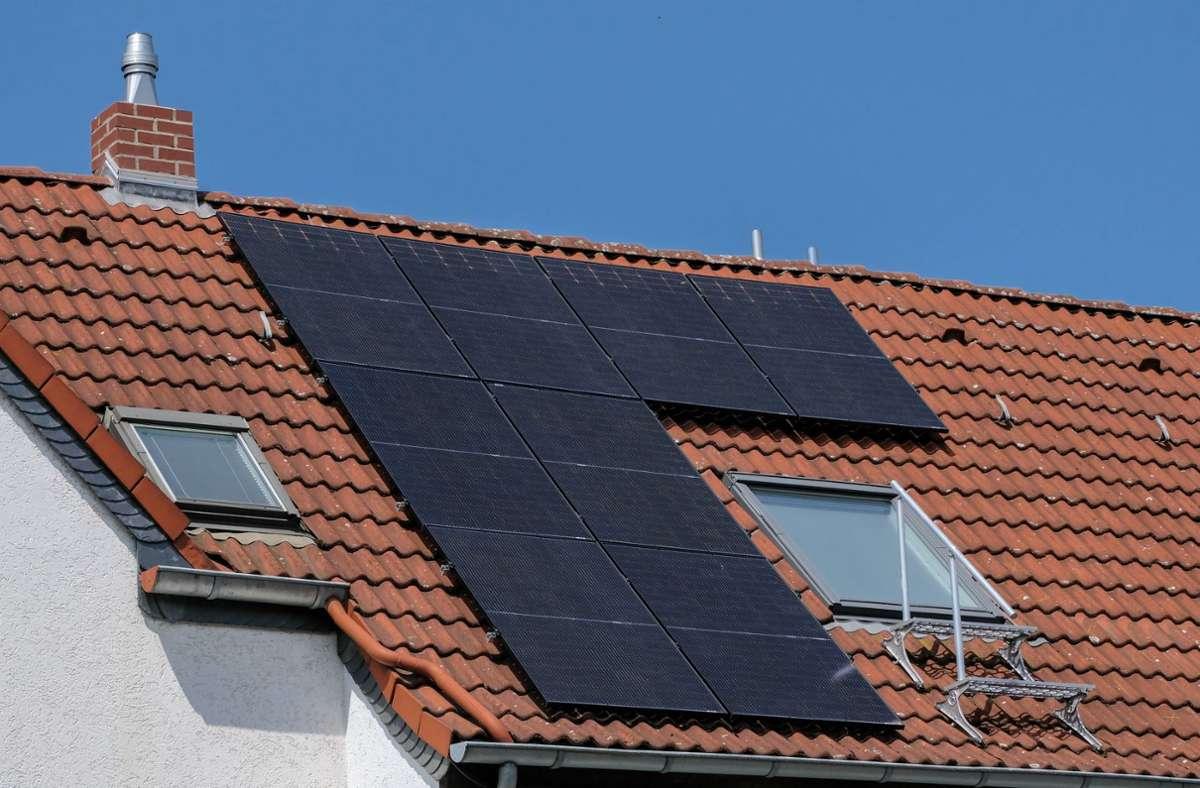 Die wichtigste Neuerung in dem Gesetz: Wer ein neues Haus bauen will, muss ab 1. Mai kommenden Jahres eine Solaranlage auf seinem Dach installieren lassen (Symbolbild). Foto: imago images/Michael Gstettenbauer