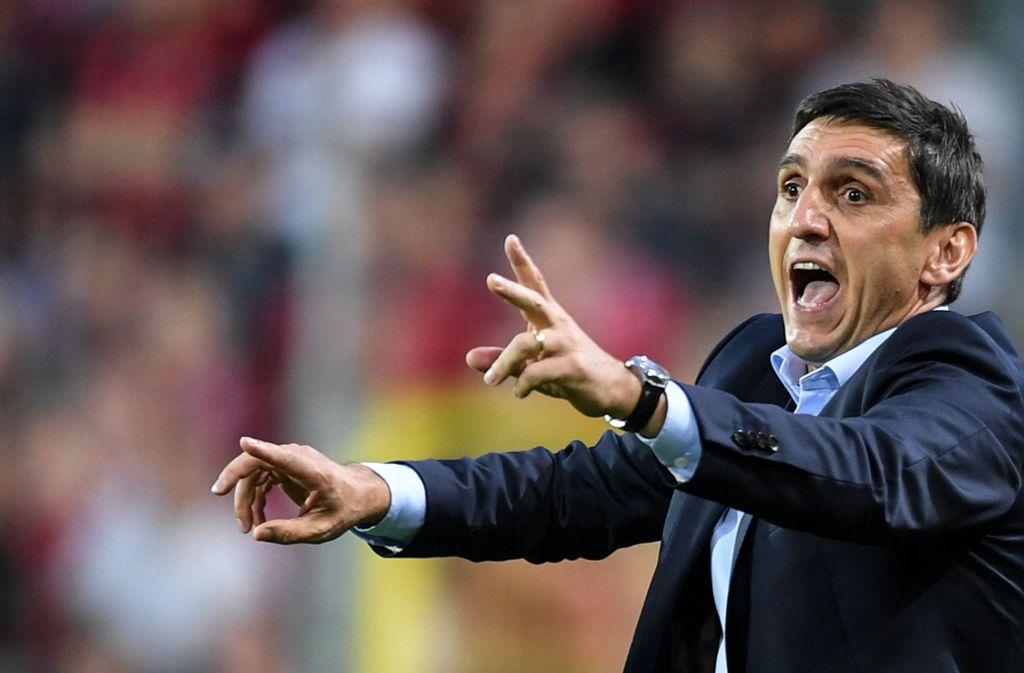 Trainer Tayfun Korkut macht den Spielern des VfB Stuttgart wenig Vorgaben, wenn es um die Nutzung von deren Smartphones geht. Foto: dpa