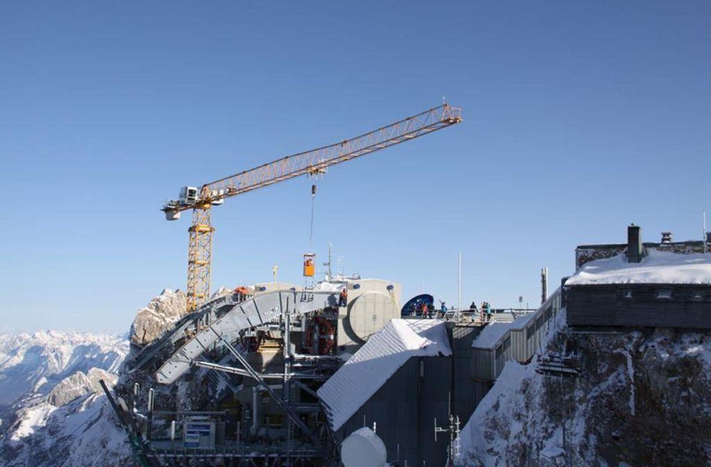 Ein Kran von Liebherr war auch  beim Bau der neuen Seilbahn auf die Zugspitze im Einsatz. Foto: Liebherr