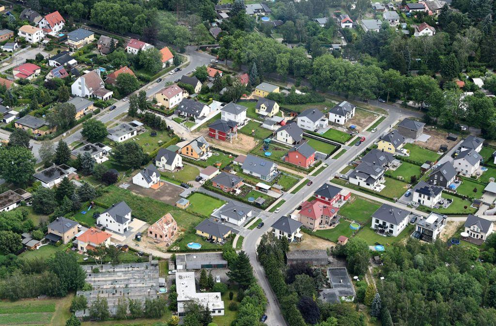 Grundsteuer wird von Hausbesitzern und Mietern gezahlt. Foto: dpa/Bernd Settnik