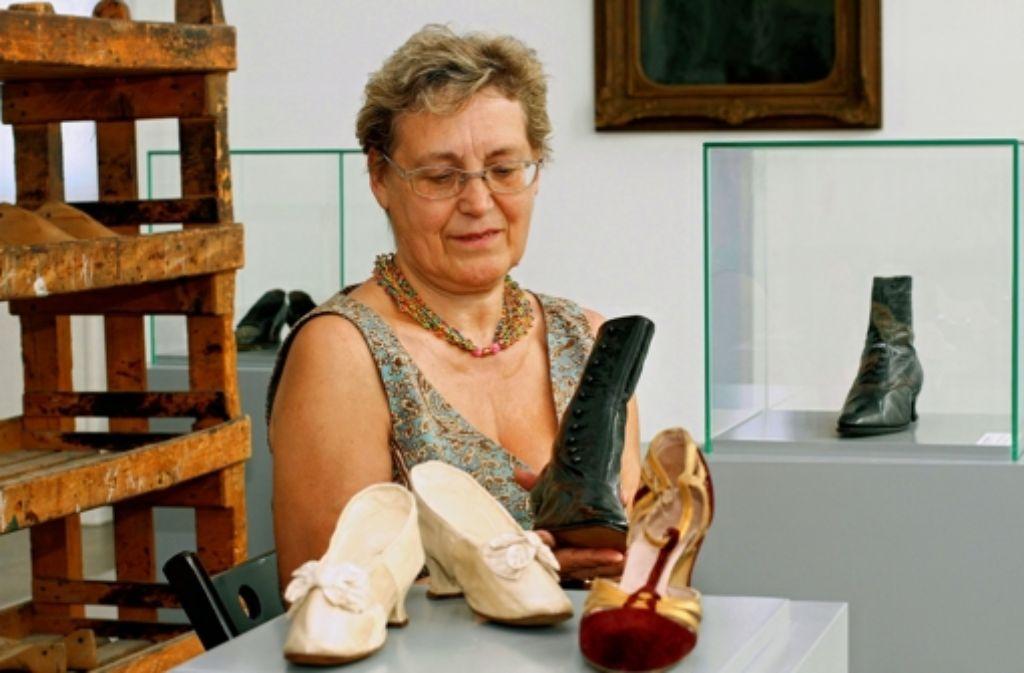Irmgard Sedler zeigt Schätze aus ihrer Sammlung. Foto: factum/Bach
