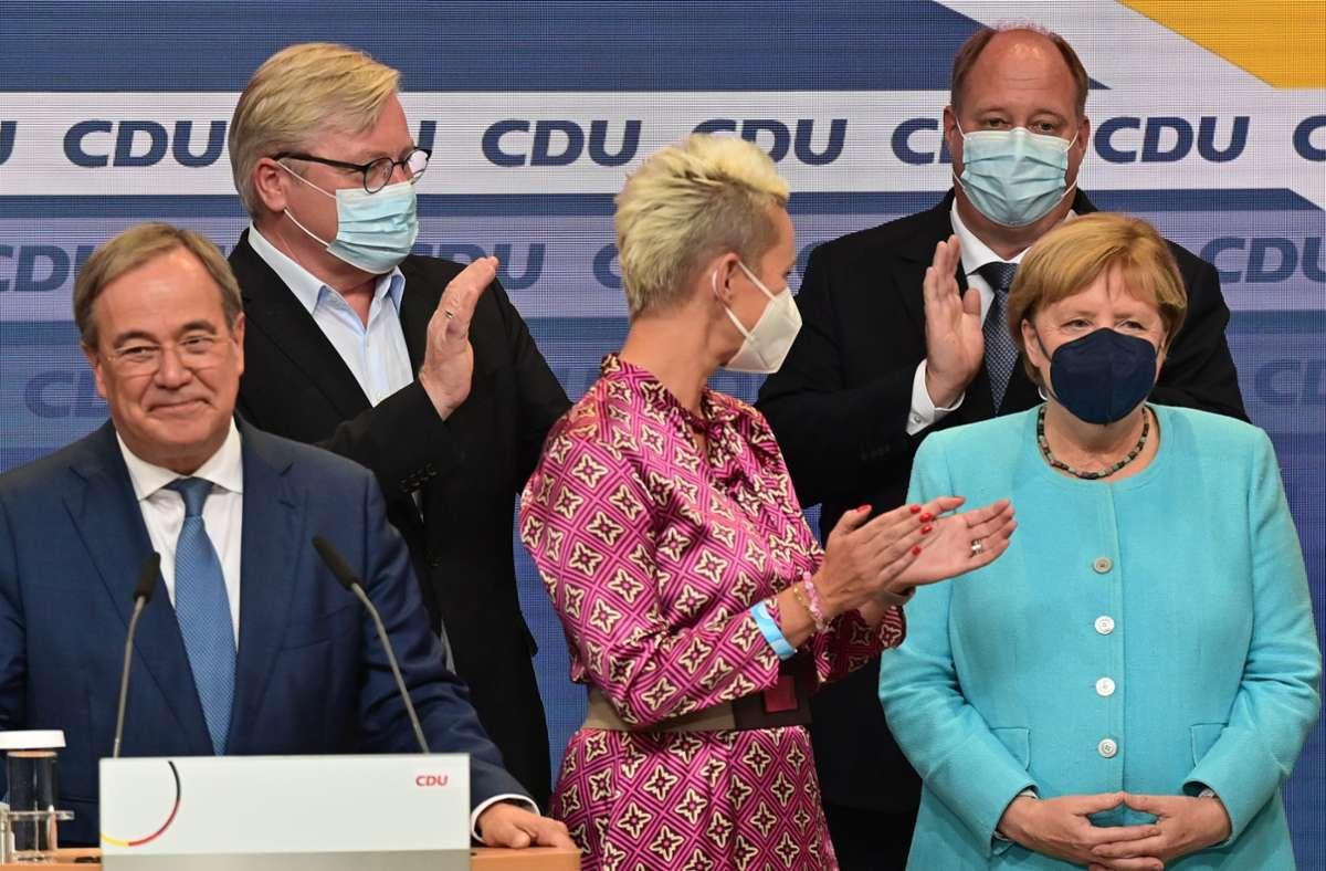 Mit ihrem Spitzenkandidaten Armin Laschet (links) hat die CDU 2021 in allen Wahlkreisen weniger Zweitstimmenanteile geholt als unter Angela Merkel (rechts). Foto: dpa/Peter Kneffel