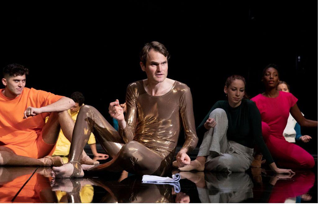 Im Kreis der Tänzer und Tänzerinnen: Fabian Hinrichs Foto: William Minke