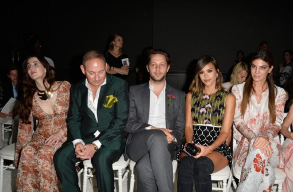 Jessica Alba (Zweite von rechts) bei der Paris Fashion Week.  Foto: Getty Images Europe