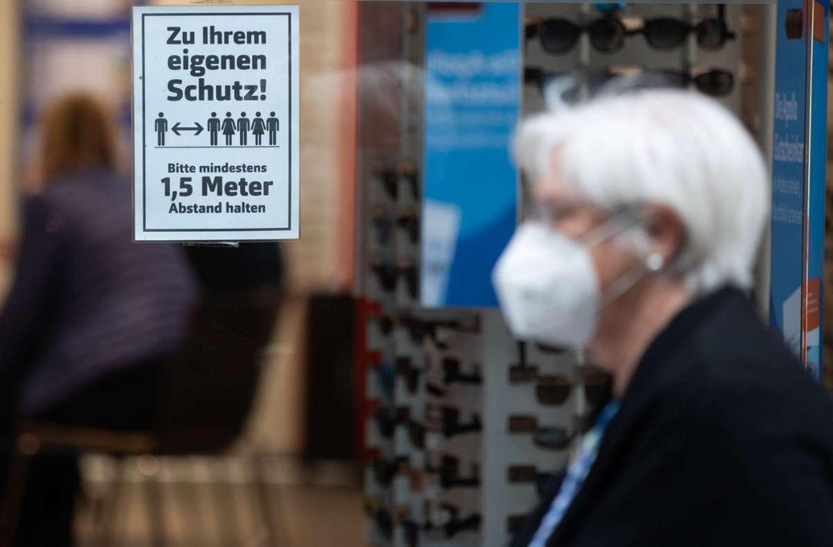 Im Kreis Ludwigsburg gilt ab Donnerstag überall dort eine Maskenpflicht, wo der Mindestabstand nicht eingehalten werden kann – auch  im öffentlichen Raum. Foto: dpa/Tom Weller