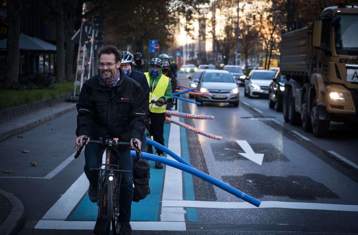 Abstande halten: Radler zeigen, wie nah die Autos sind. Foto: Lichtgut/Achim Zweygarth
