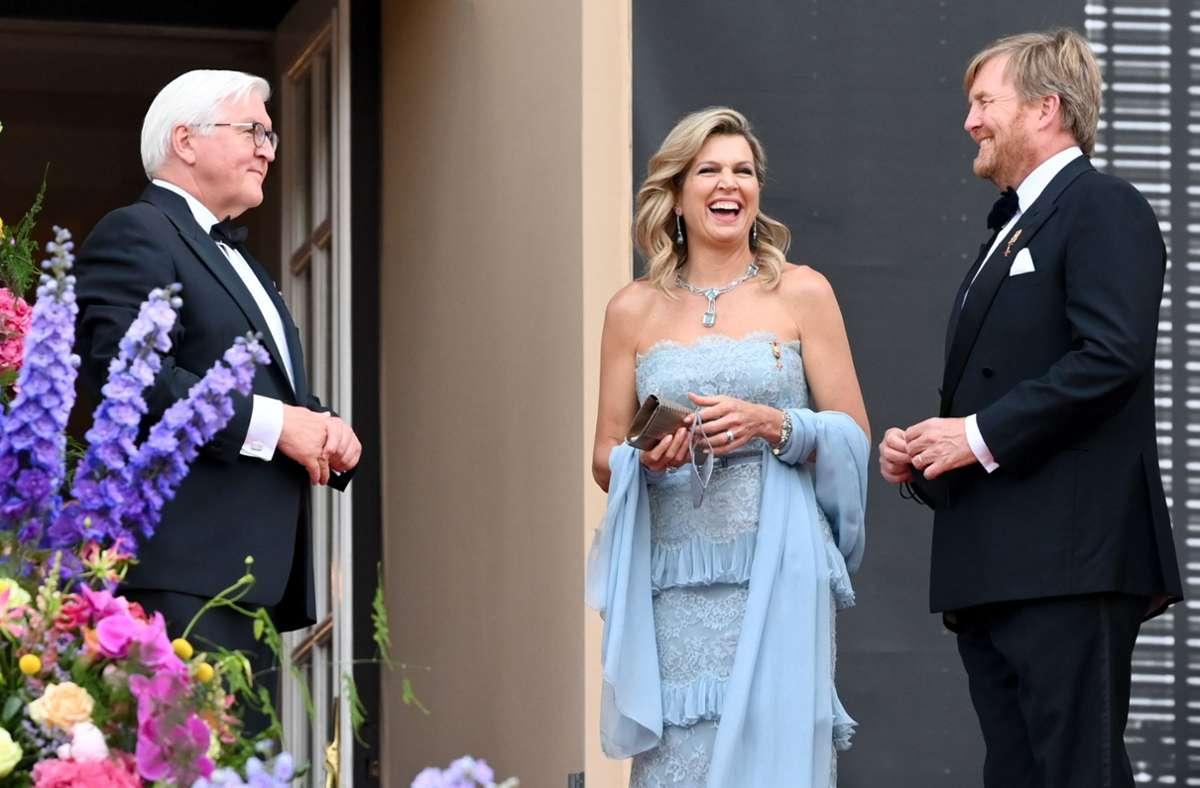 Sie ist bekannt für ihre ansteckend gute Laune: Königin Máxima und König Willem-Alexander lachen mit Bundespräsident Frank-Walter Steinmeier (links). Foto: dpa/Jens Kalaene