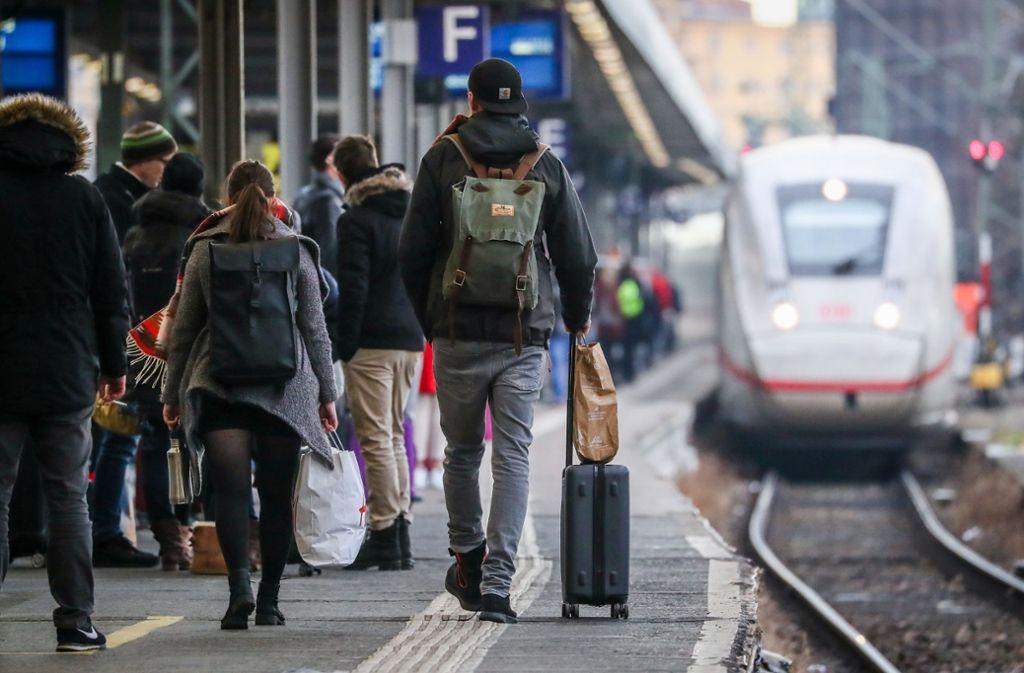 Während der Bergung des Mannes war der Bahnhof für eine Stunde gesperrt (Symbolbild). Foto: dpa/Christoph Schmidt